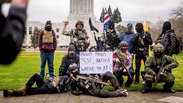 "Наоружани демонстранти из групе ""Либерти бојс"" - Sputnik Србија"