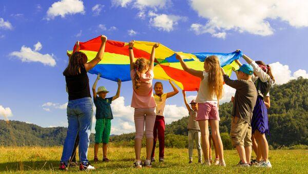 Деца се играју на ливади - Sputnik Србија
