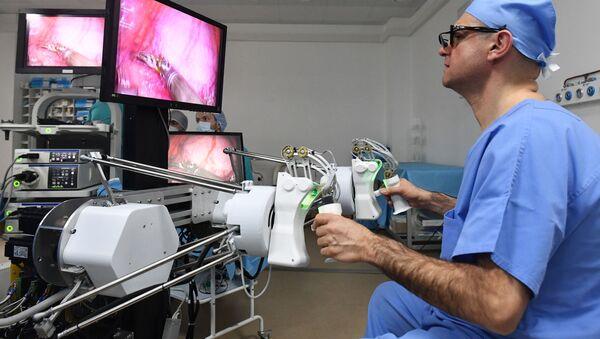 Prva operacija životinje uz pomoć ruskog robotskog hirurga izvedena je u Penzi - Sputnik Srbija