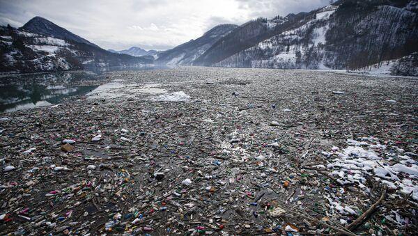 Плутајућа депонија на Потпећком језеру - Sputnik Србија
