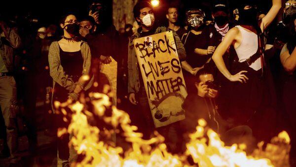 Protest pokreta Crni životi su važni BLM u Portlandu, Oregon. - Sputnik Srbija