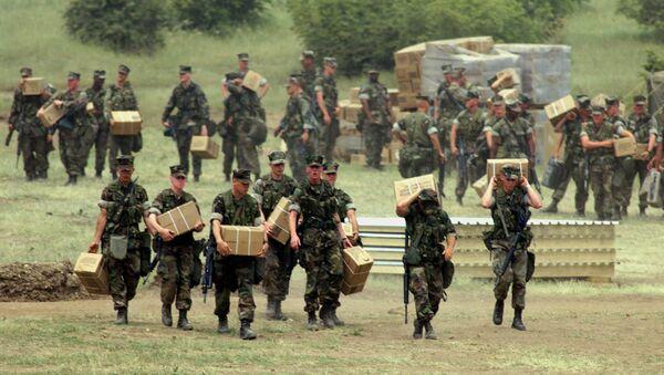 Američki marinci nose zalihe dok se spremaju za ulazak na Kosovo u bazu blizu Skoplja u subotu, 12. juna 1999. - Sputnik Srbija