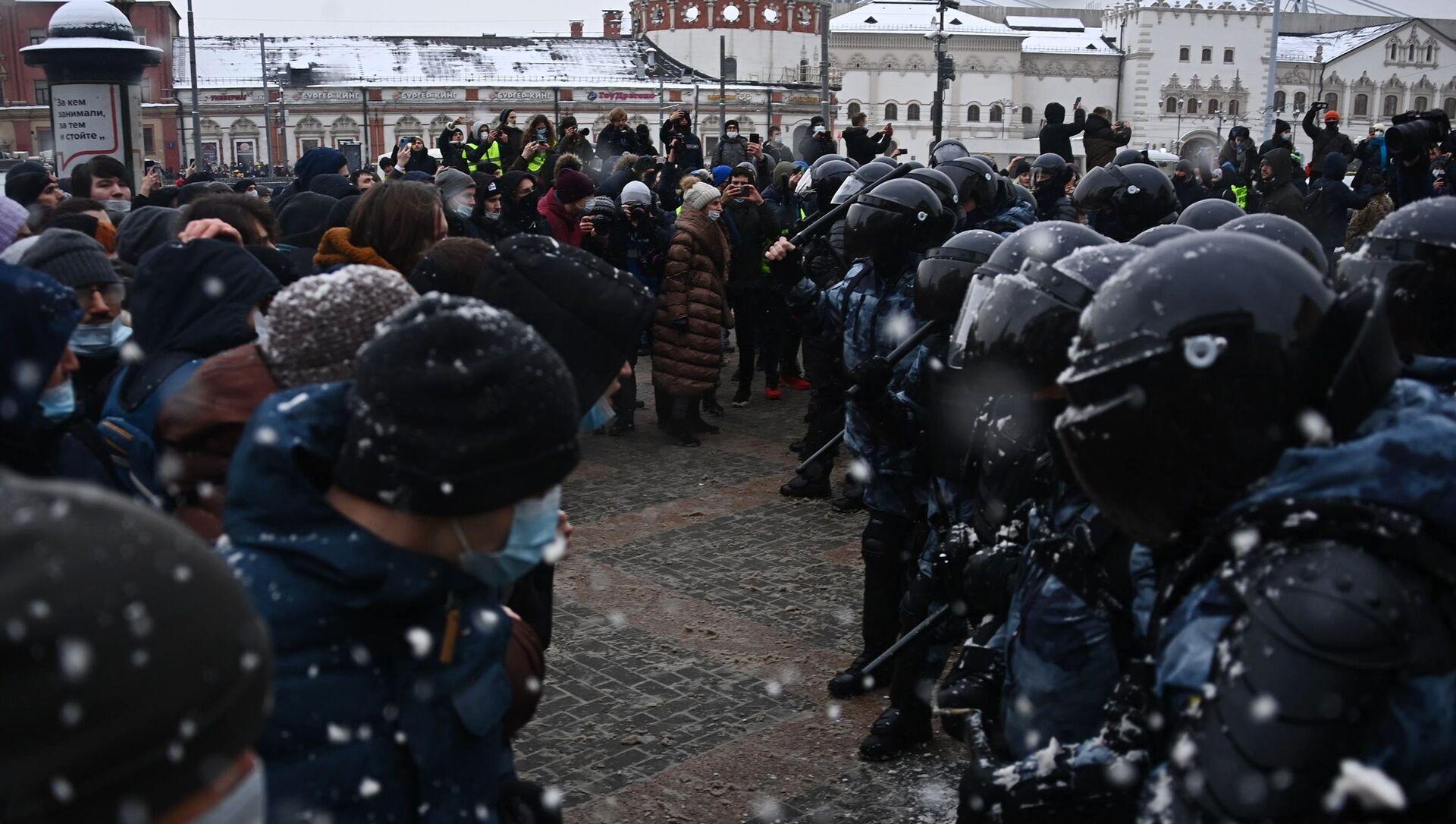 Припадници полиције и демонстранти на неодобреним протестима присталица Алексеја Наваљног у Москви - Sputnik Србија, 1920, 01.02.2021
