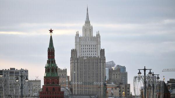 Zgrada Ministarstva spoljnih poslova Rusije i kula Kremlja - Sputnik Srbija