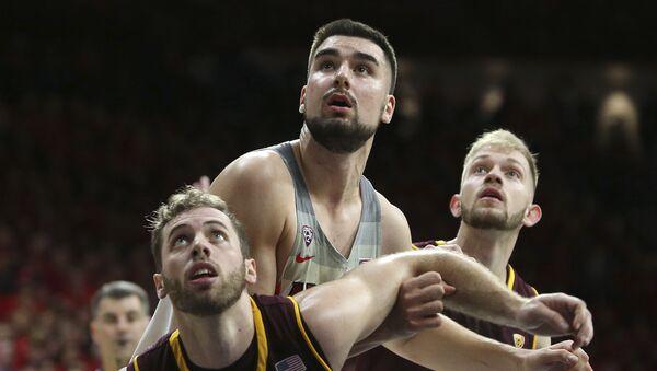 Srpski košarkaš Dušan Ristić, u sredini - Sputnik Srbija