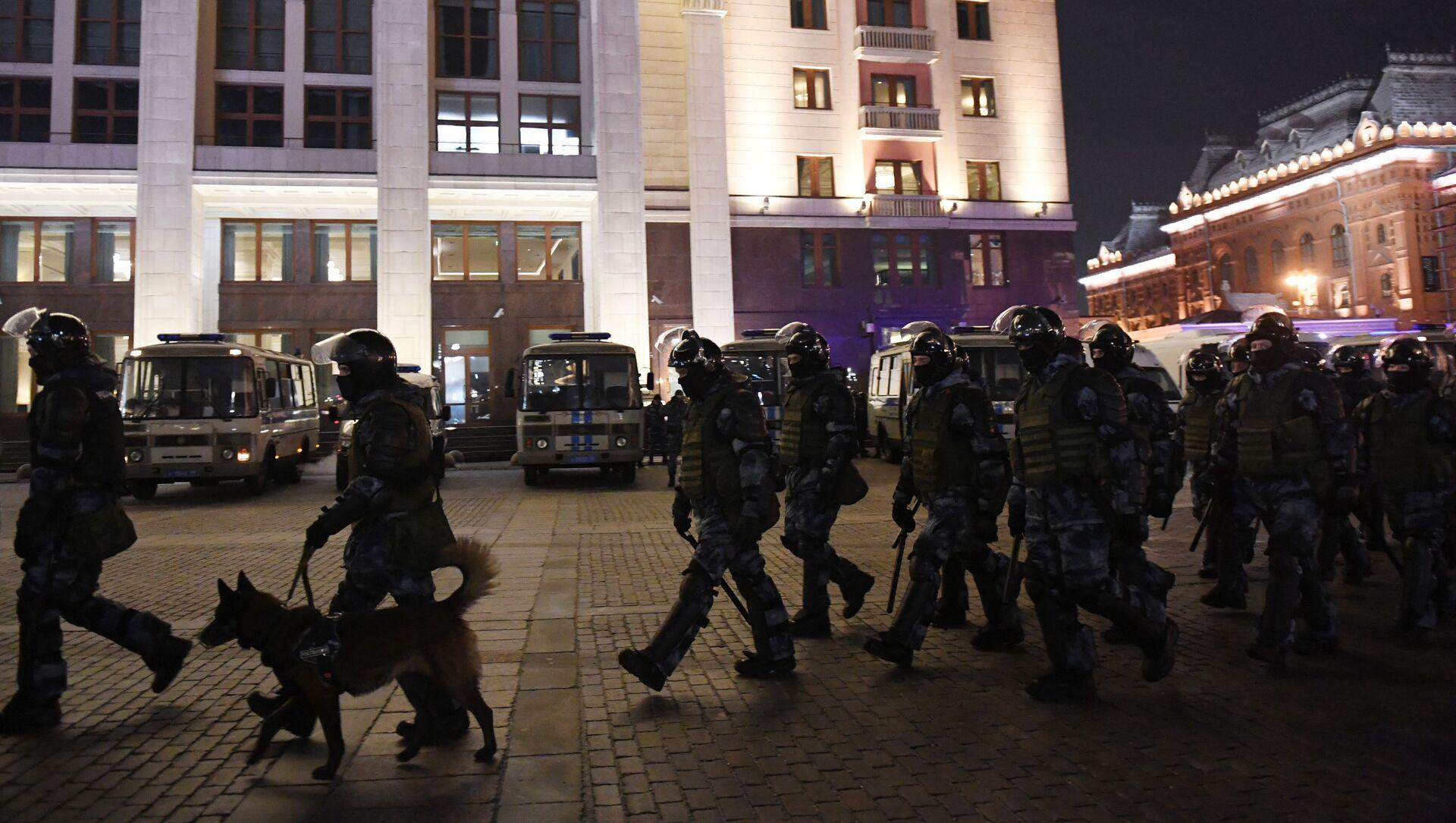 Pripadnici policije tokom neodobrenih protesta podrške ruskom blogeru Alekseju Navaljnom u Moskvi   - Sputnik Srbija, 1920, 03.02.2021