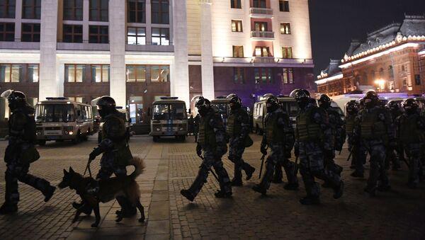 Pripadnici policije tokom neodobrenih protesta podrške ruskom blogeru Alekseju Navaljnom u Moskvi   - Sputnik Srbija