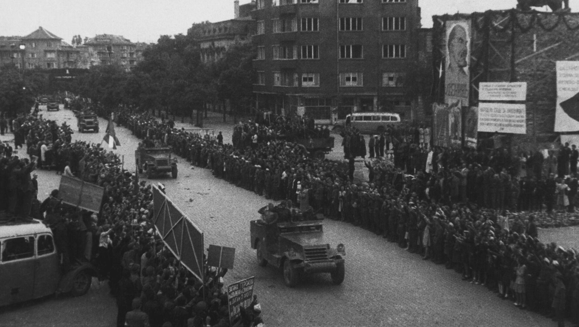 Stanovnici Sofije dočekuju sovjetsku vojsku, koja je oslobodila grad od nemačkih okupatora  - Sputnik Srbija, 1920, 04.02.2021