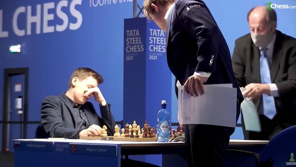 Ruski šahista Andrej Esipenko, levo, posle pobede nad Magnusom Karlsenom, desno - Sputnik Srbija
