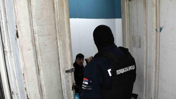 Pripadnik srpske policije u akciji - Sputnik Srbija