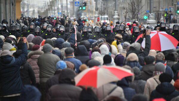 Присталице белоруске опозиције и припадници полиције на протесту у Минску - Sputnik Србија