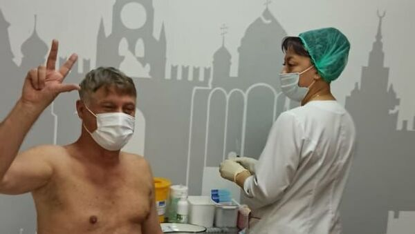 Мирослав Лазански на пункту за вакцинацију у Москви - Sputnik Србија