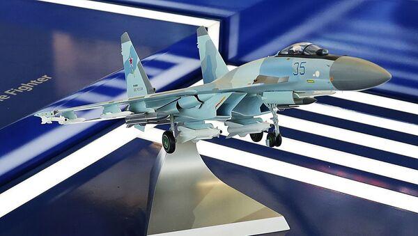 """Модел авиона Су-35 на штанду """"Рособоронекспорта"""" на међународној изложби """"Аеро Индија 2021"""". - Sputnik Србија"""