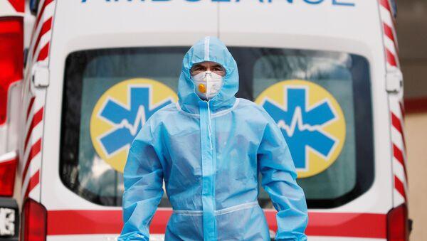 Лекар хитне помоћи у заштитном оделу испред болнице за пацијенте са ковидом у Кијеву - Sputnik Србија