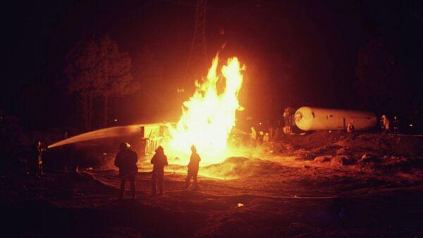Ватрогасци гасе пожар после експлозије цистерне - Sputnik Србија