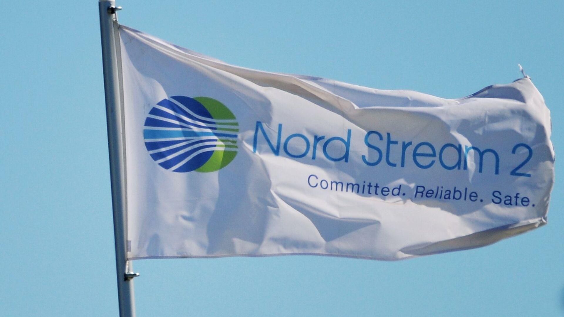 Застава са логом компаније Норд стрим 2 која води изградњу гасовода Северни ток 2 у Немачкој - Sputnik Србија, 1920, 02.09.2021