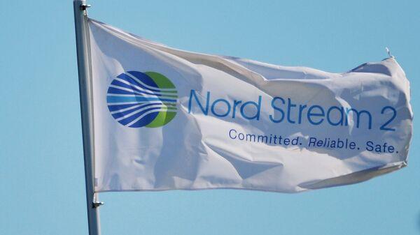 Застава са логом компаније Норд стрим 2 која води изградњу гасовода Северни ток 2 у Немачкој - Sputnik Србија
