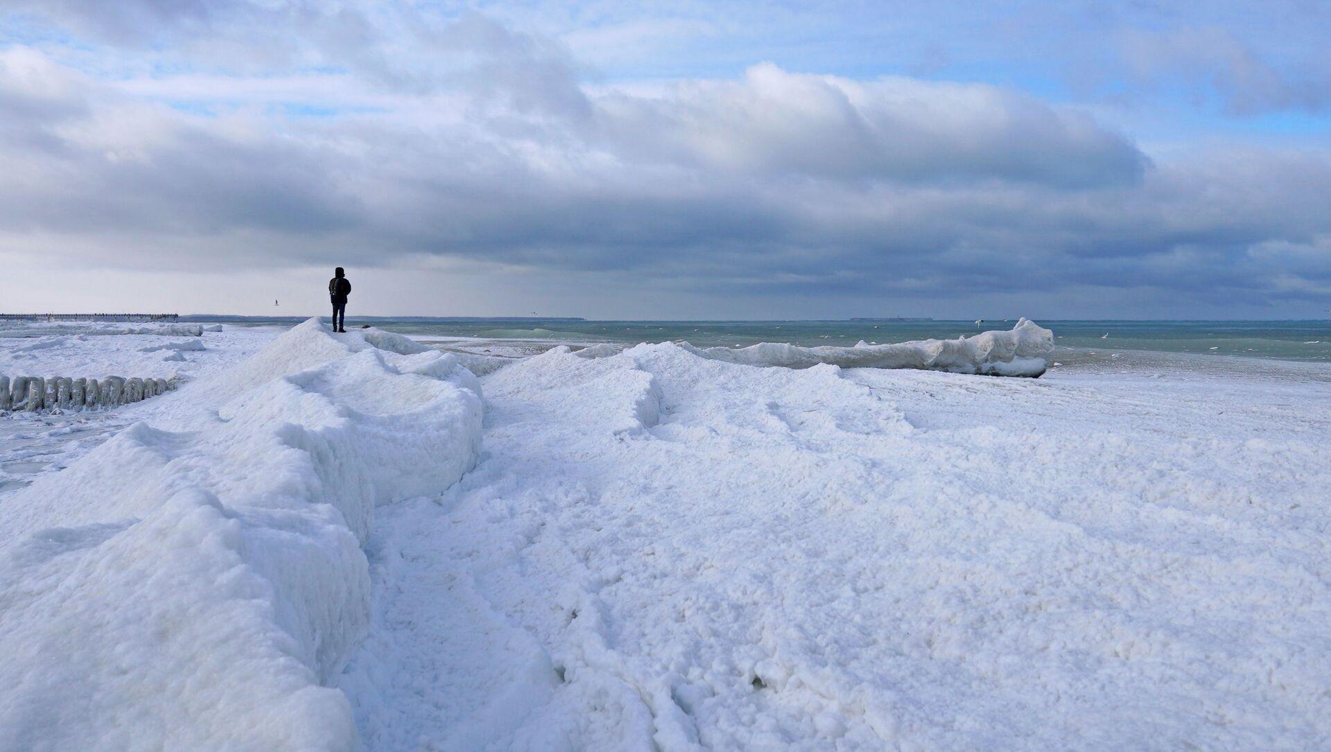 Човек стоји на обали делимично залеђеног Балтичког мора у Зеленоградску у Калињинградској области Русије - Sputnik Србија, 1920, 16.02.2021