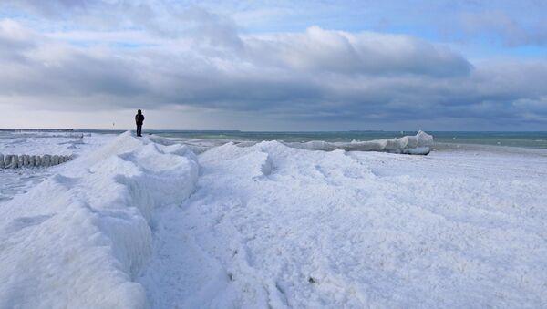 Човек стоји на обали делимично залеђеног Балтичког мора у Зеленоградску у Калињинградској области Русије - Sputnik Србија