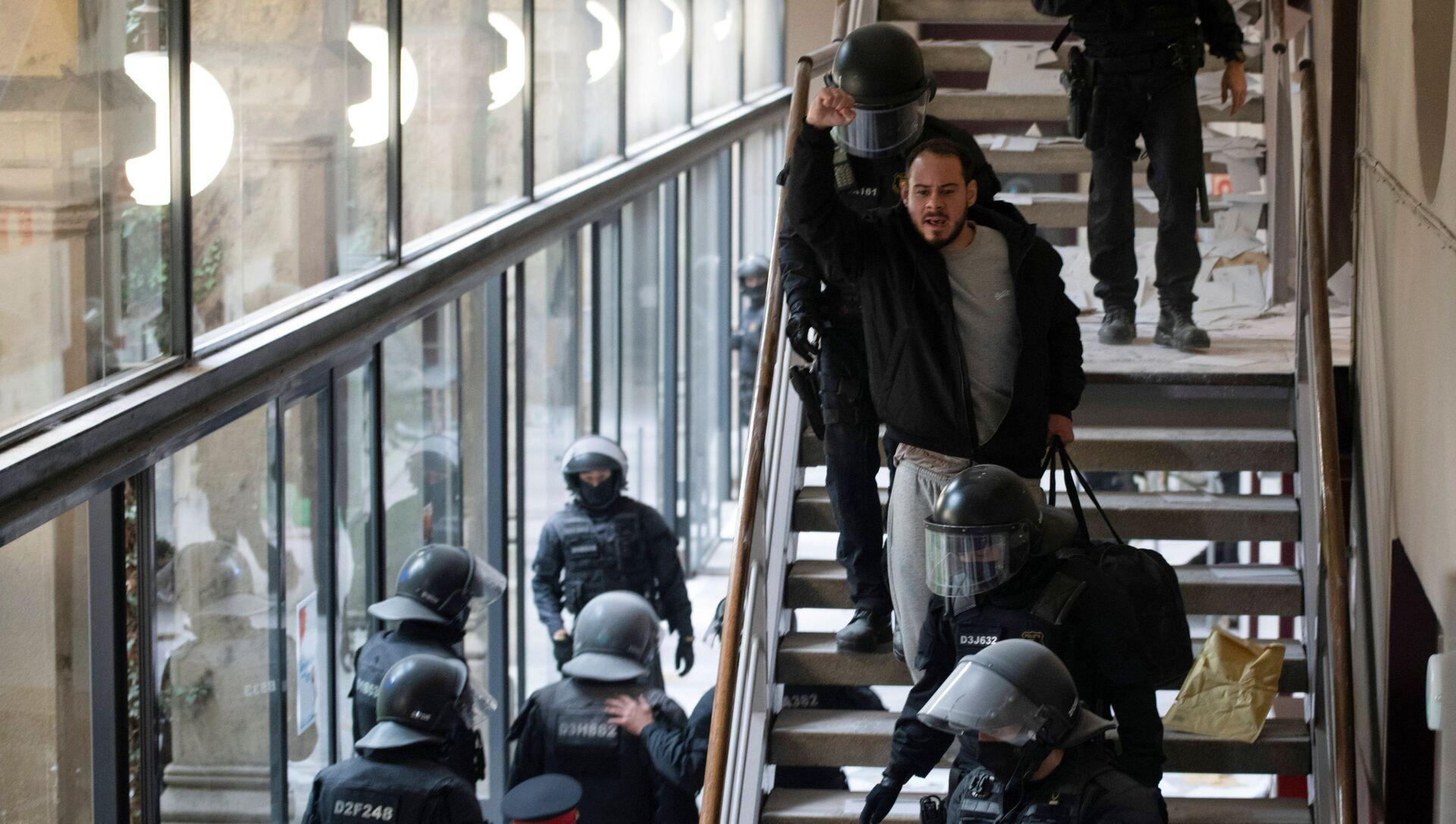 Policija privodi španskog repera Pabla Asela - Sputnik Srbija, 1920, 21.02.2021