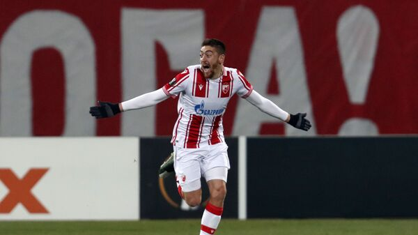 Fudbaler Crvene zvezde Milan Pavkov proslavlja izjednačujući gol u meču 1/16 finala Lige Evrope protiv Milana u Beogradu - Sputnik Srbija