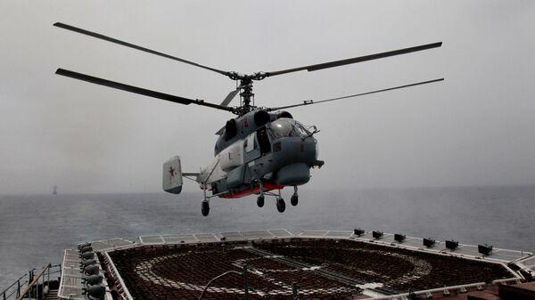 Хеликоптер Тихоокеанске флоте Ка-27ПС слеће на палубу ракетне крстарице Варјаг током заједничких војних вежби Русије и Кине - Sputnik Србија
