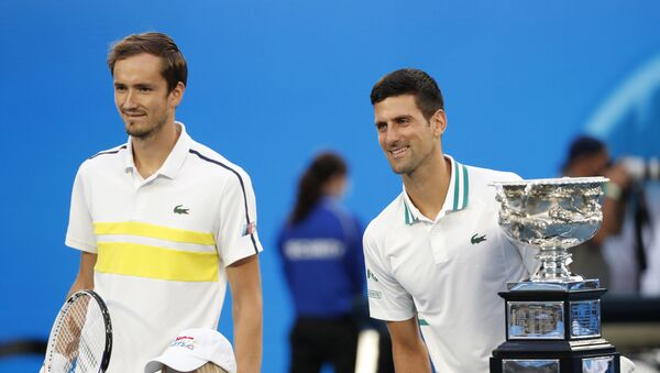 Danil Medvedev (levo) i Novak Đoković pred početak finala Australijan opena 2021. - Sputnik Srbija