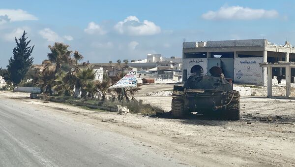 Војна техника на ободу ауто-пута М5 Дамаск-Алеп у сиријској провинцији Идлиб - Sputnik Србија