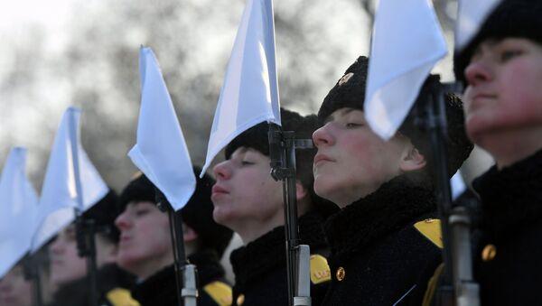 Vojnici na ceremoniji polaganja cveća u Jekaterinburgu - Sputnik Srbija