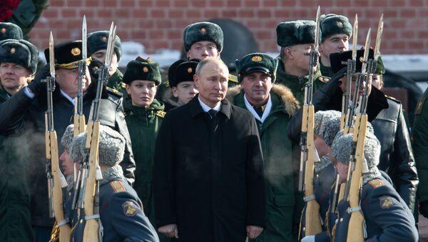 Predsednik Rusije Vladimir Putin položio cveće na Grob neznanom junaku u Moskvi - Sputnik Srbija