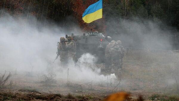 Украјински војници поред оклопног возила - Sputnik Србија
