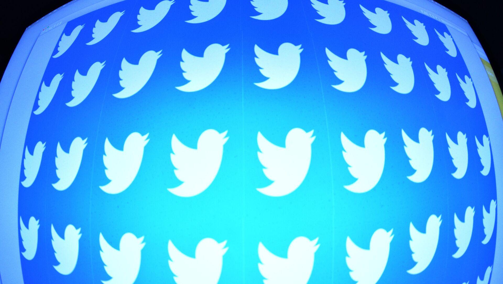 Лого друштвене мреже Твитер на екрану телефона - Sputnik Србија, 1920, 23.03.2021