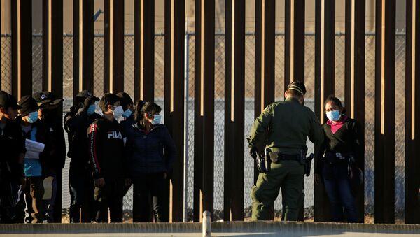 Privedeni migranti koji su ušli u Teksas - Sputnik Srbija