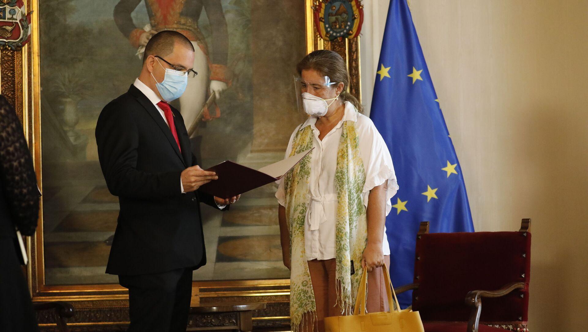 Ministar spoljnih poslova Venecuele Horhe Areasa uručuje notu ambasadorki EU u Venecueli Isabel Briljante - Sputnik Srbija, 1920, 24.02.2021