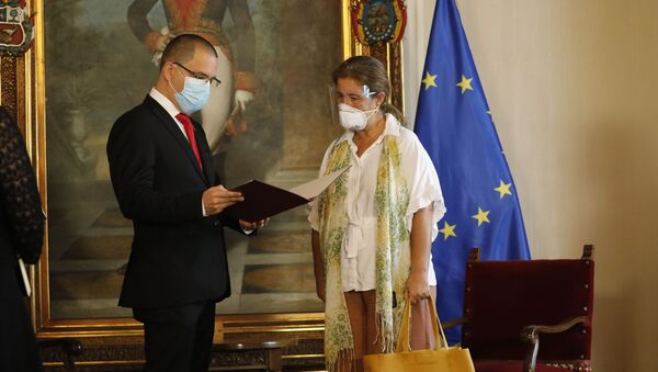 Ministar spoljnih poslova Venecuele Horhe Areasa uručuje notu ambasadorki EU u Venecueli Isabel Briljante - Sputnik Srbija