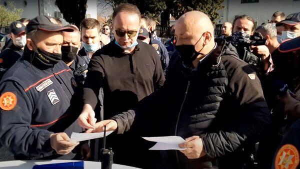 Intervencija policije u Tuzima zbog bojkota epidemioloških mera koje je naložio predsednik opštine Nik Đeljošaj (u sredini) - Sputnik Srbija