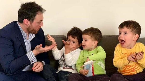Марко Милачић у посети дечацима који су глумили Дариног брата у филму Дара из Јасеновца - Sputnik Србија