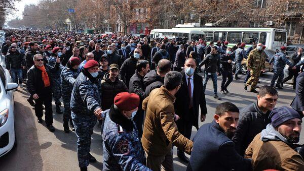Премијер Јерменије Никол Пашињан са својим присталицама у Јеревану - Sputnik Србија