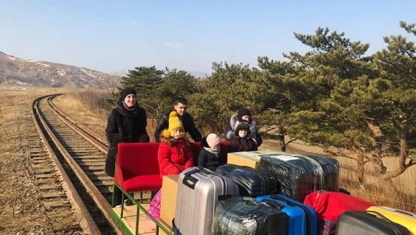 Руске дипломате дресином дошле у Русију из Северне Кореје - Sputnik Србија
