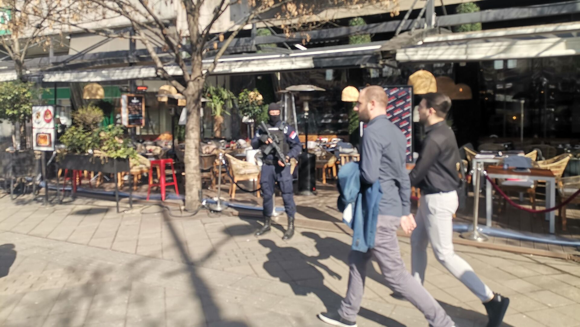 Грађани пролазе док је у познатом кафићу у центру у току акција полиције - Sputnik Србија, 1920, 26.02.2021
