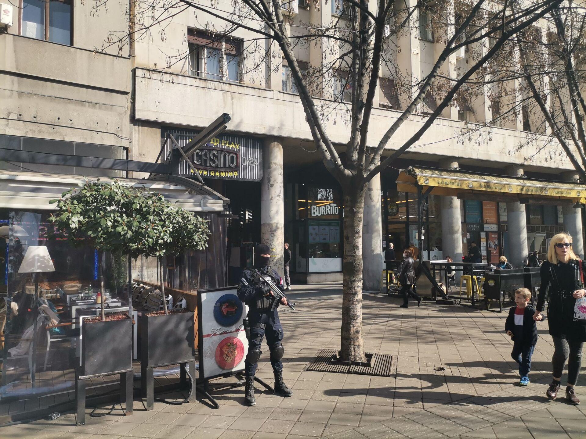 Несвакидашња сцена у центру Београда: Људи шетају док наоружана полиција интервенише /фото/ - Sputnik Србија, 1920, 26.02.2021