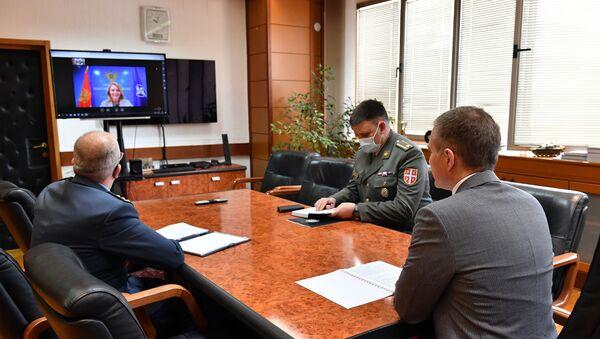 Nebojša Stefanović razgovara putem video-linka sa ministarkom odbrane Crne Gore dr Oliverom Injac - Sputnik Srbija
