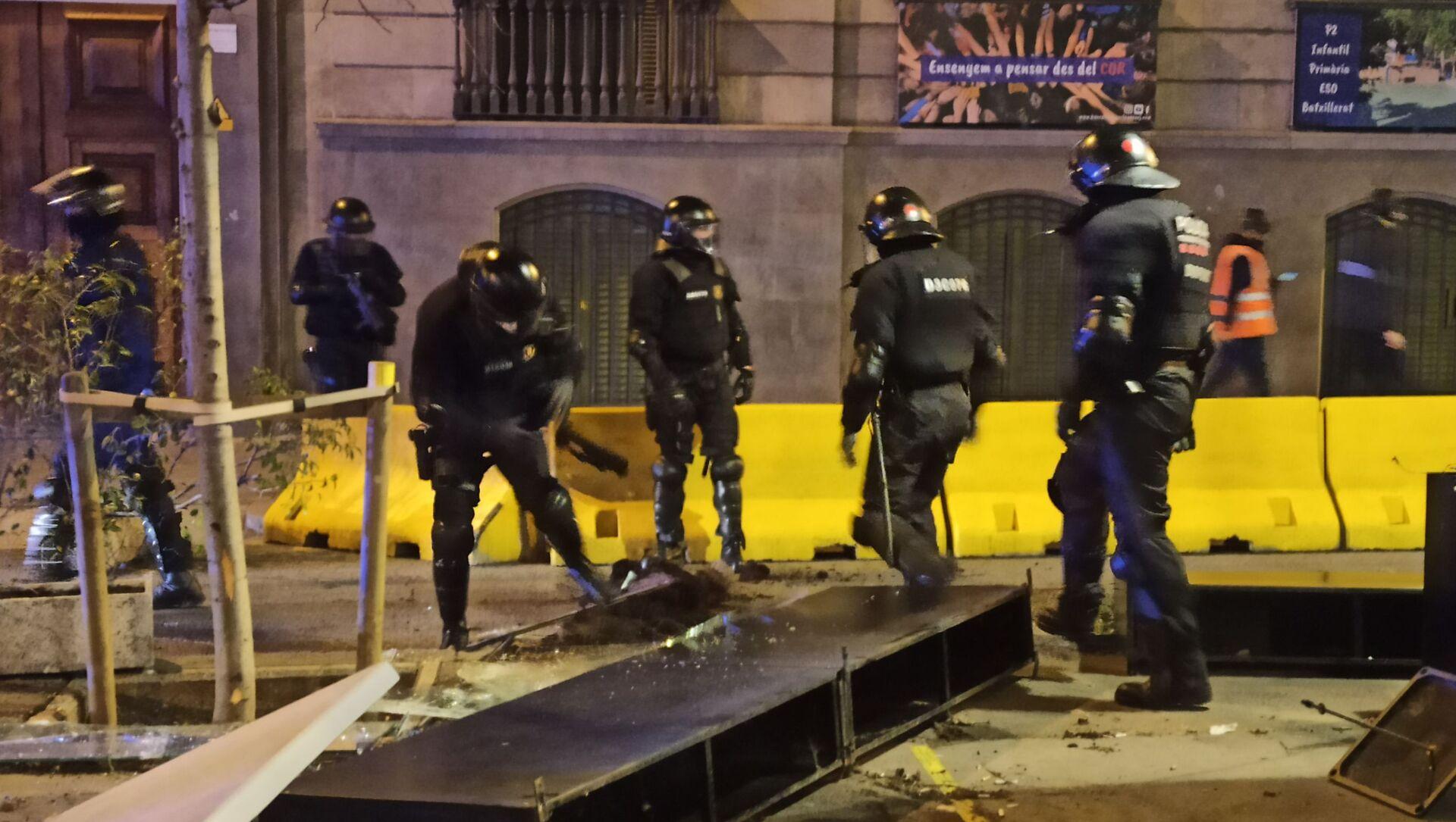 Deset ljudi je uhapšeno tokom protesta zbog napada na policiju - Sputnik Srbija, 1920, 27.02.2021
