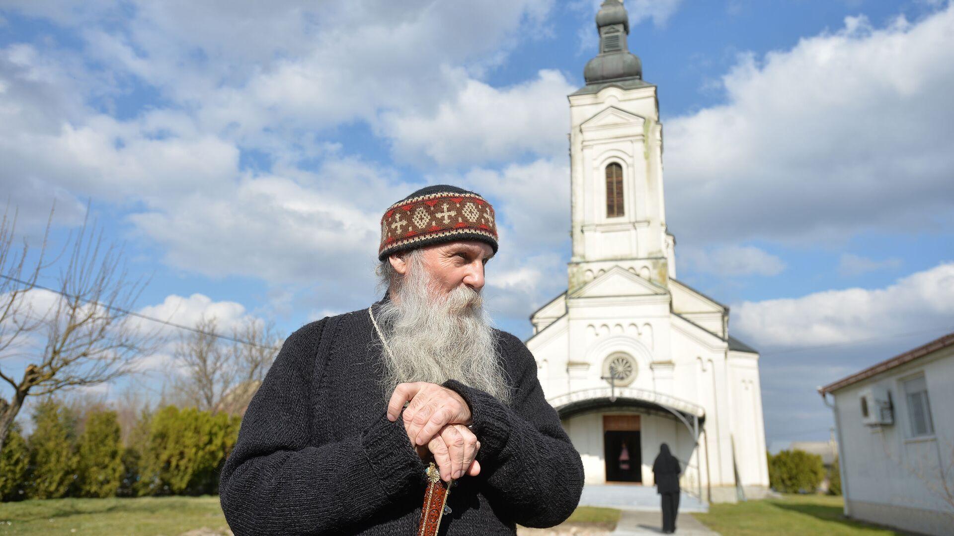 Episkop pakračko - slavonski Jovan Ćulibrk ispred manastira u Jasenovcu. - Sputnik Srbija, 1920, 12.09.2021