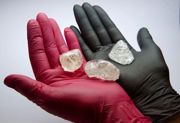 Ретки необрађени дијамант 2C BLK CLEAV 242CT, масе 242,31 карата. - Sputnik Србија