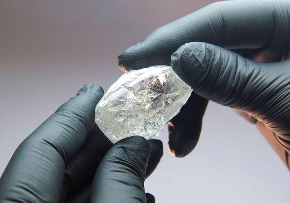 Ретки необрађени дијамант 2C BLK CLEAV 242CT, масе 242,31 карата - Sputnik Србија
