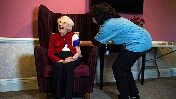 Столетняя жительница дома престарелых в Лондоне во время вакцинации против Covid-19 вакциной Oxford/AstraZeneca - Sputnik Србија