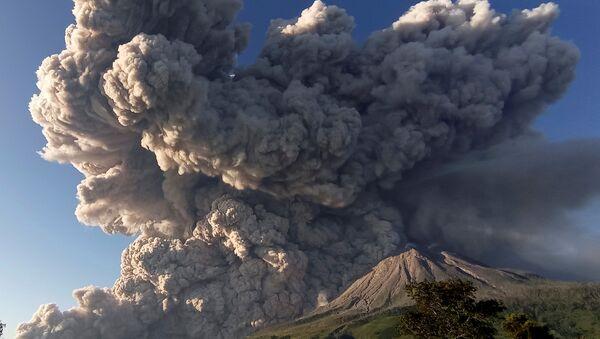 Вулкан Синабунг у Индонезији - Sputnik Србија