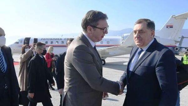 Aleksandar Vučić i Milorad Dodik na aerodromu u Sarajevu - Sputnik Srbija