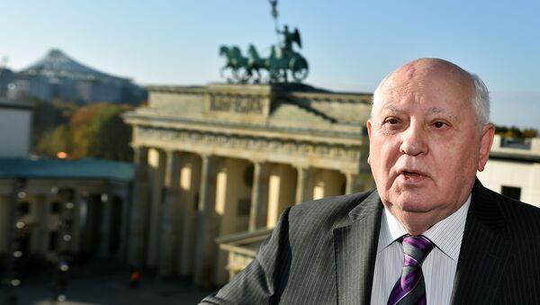 Bivši predsednik SSSR-a Mihail Gorbačev ispred Brandemburške kapije u Berlinu - Sputnik Srbija